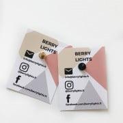 alpaca-zenkliukas-sege-berrylights-enamel-pin