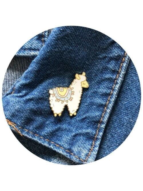 alpaca-lama-zenkliukas-sege-berrylights-enamel-pin